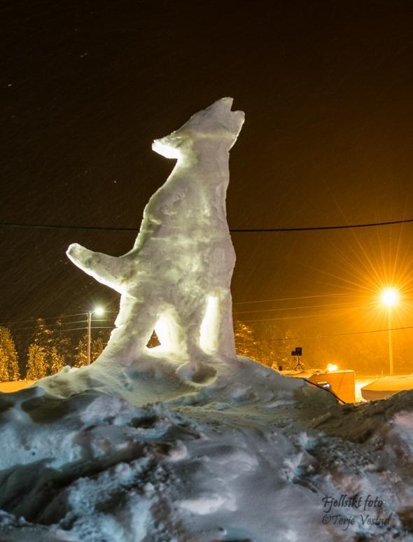 «Is-Skulptur-Minister» Bjarne Granli er mesteren bak sjekkpunkt-hunden. I år ble den til i snø, men fin er den likevel.