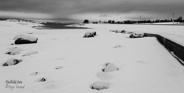 Egentlig ble det ganske moro å rusle litt rundt på lete etter motiv. Her er det brytning mellom steinene i forgrunnen, den snødekte bakken og vannet i bakgrunn jeg har forsøkt å spille på.