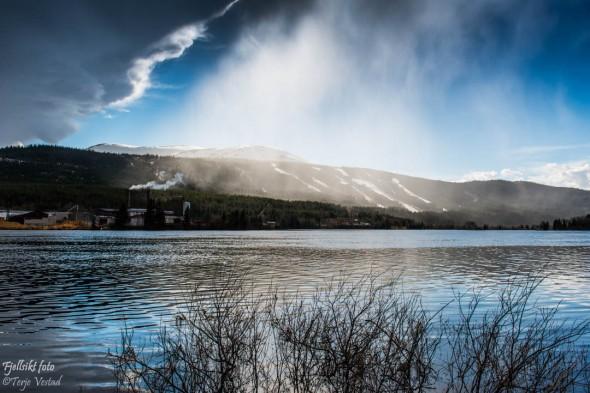 Jeg måtte se hvordan «fjellet» tar seg ut på avstand. Jeg hadde litt tur. Oppe ved elva i Øverbygda kom plutselig tåkedis sigende, og effekten sammen med sollyset som forsøker å bryte gjennom, gjorde faktis at bildet ikke ble så verst om jeg selv skal si det :-)